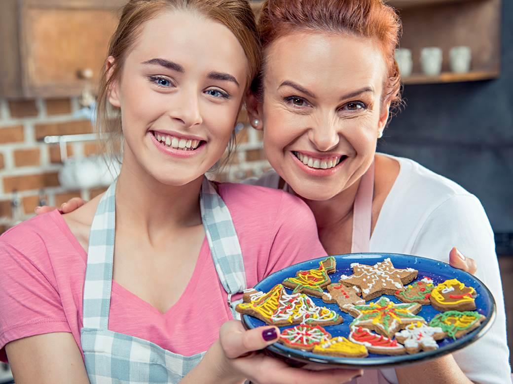 Majka i ćerka u kuhinji