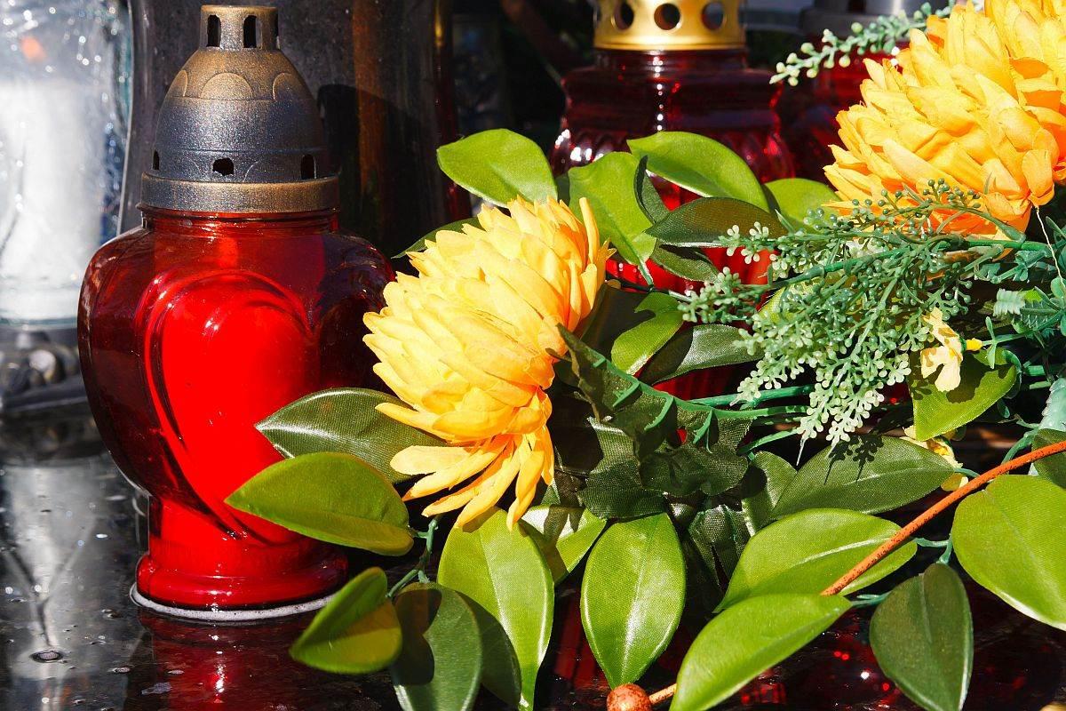 sveca i cvece na groblju 0132821502